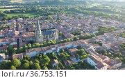 Aerial view of Mirepoix commune in Haute-Garonne department, southwestern France. Стоковое видео, видеограф Яков Филимонов / Фотобанк Лори
