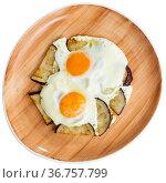 Delicious breakfast - scrambled eggs with fried eggplant closeup. Стоковое фото, фотограф Яков Филимонов / Фотобанк Лори