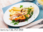 Grilled salmon steak with asparagus and lemon. Стоковое фото, фотограф Яков Филимонов / Фотобанк Лори
