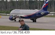 Passenger plane taxiing. Редакционное видео, видеограф Игорь Жоров / Фотобанк Лори