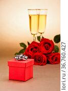 Champagner Gläser, ein Geschenk und Rosen. Стоковое фото, фотограф Zoonar.com/Ulrich Schade / easy Fotostock / Фотобанк Лори