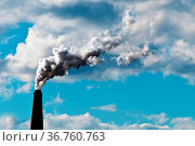 Schornstein bläst eine Menge an CO2 in die AtmosphäreL. Стоковое фото, фотограф Zoonar.com/Ulrich Schade / easy Fotostock / Фотобанк Лори
