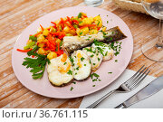 Oven baked hake with vegetable garnish. Стоковое фото, фотограф Яков Филимонов / Фотобанк Лори