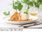 Груши пашот с мороженым и мятой на белом фоне. Стоковое фото, фотограф Марина Володько / Фотобанк Лори