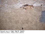 Die abbröckelnden Putzschichten einer alten Mauer mit Ausbesserungsstellen... Стоковое фото, фотограф Zoonar.com/Bastian Kienitz / easy Fotostock / Фотобанк Лори