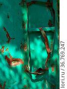 Die verbogene Leiter eines verrosteten Containers. Стоковое фото, фотограф Zoonar.com/Bastian Kienitz / easy Fotostock / Фотобанк Лори