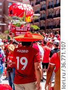 Madrid, Spain - June 1, 2019: Liverpool fans enjoy in the fan zone... Стоковое фото, фотограф Zoonar.com/@jjfarquitectos / age Fotostock / Фотобанк Лори