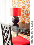 Luxus Schreibtisch mit floralen Tapeten neben hellen Fenster. Стоковое фото, фотограф Zoonar.com/Ulrich Schade / easy Fotostock / Фотобанк Лори