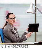 Businesswoman working on tablet computer. Стоковое фото, фотограф Elnur / Фотобанк Лори