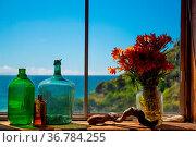 Blick durchs Fenster auf den Pazifik mit Blumen und Gläser. Стоковое фото, фотограф Zoonar.com/THOMAS RIESS / age Fotostock / Фотобанк Лори