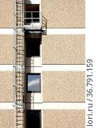 Eine Feuerleiter an der Seite eines Wohngebäudes wirft einen Schatten. Стоковое фото, фотограф Zoonar.com/Bastian Kienitz / easy Fotostock / Фотобанк Лори