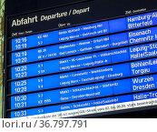 Anzeigetafel Abfahrten Züge im Bahnhof. Стоковое фото, фотограф Zoonar.com/stockfotos-mg / easy Fotostock / Фотобанк Лори