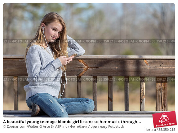 A beautiful young teenage blonde girl listens to her music through... Стоковое фото, фотограф Zoonar.com/Walter G Arce Sr ASP Inc / easy Fotostock / Фотобанк Лори