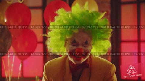 Купить «A crazy man clown laughing», видеоролик № 32392127, снято 14 ноября 2019 г. (c) Константин Шишкин / Фотобанк Лори