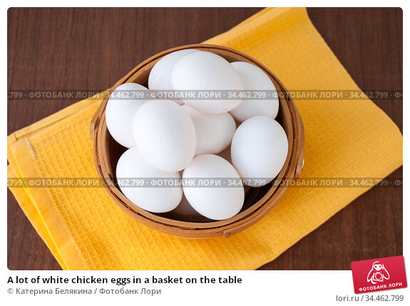 A lot of white chicken eggs in a basket on the table. Стоковое фото, фотограф Катерина Белякина / Фотобанк Лори
