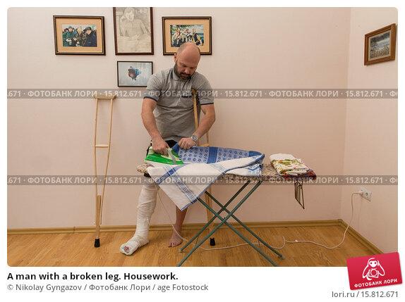 Купить «A man with a broken leg. Housework.», фото № 15812671, снято 16 января 2019 г. (c) age Fotostock / Фотобанк Лори
