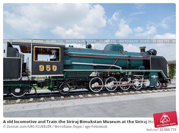 A old locomotive and Train the Siriraj Bimukstan Museum at the Siriraj Hospital in Wang Lang in Thonburi in the city of Bangkok in Thailand. Thailand, Bangkok, November, 2017. Стоковое фото, фотограф Zoonar.com/URS FLUEELER / age Fotostock / Фотобанк Лори