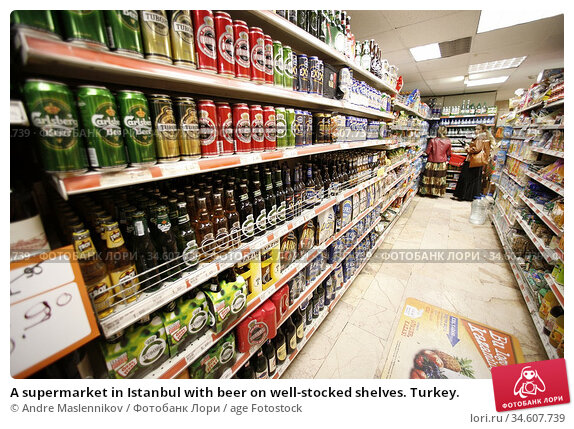 A supermarket in Istanbul with beer on well-stocked shelves. Turkey. Стоковое фото, фотограф Andre Maslennikov / age Fotostock / Фотобанк Лори