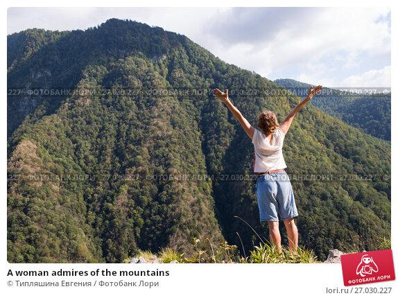 A woman admires of the mountains, фото № 27030227, снято 25 сентября 2017 г. (c) Типляшина Евгения / Фотобанк Лори