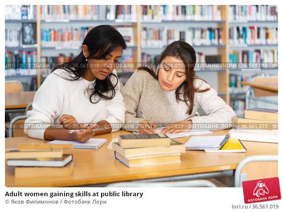 Adult women gaining skills at public library. Стоковое фото, фотограф Яков Филимонов / Фотобанк Лори