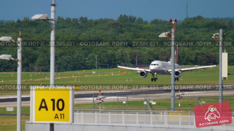 Купить «Airbus 319 Germanwings landing», видеоролик № 27386651, снято 23 июля 2017 г. (c) Игорь Жоров / Фотобанк Лори