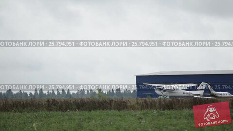 Aircraft landing in the airport, видеоролик № 25794951, снято 2 марта 2016 г. (c) Алексей Макаров / Фотобанк Лори