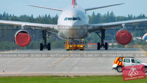 Airliner being towed for maintainance. Редакционное видео, видеограф Игорь Жоров / Фотобанк Лори