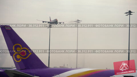 Купить «Airplane approaching before landing», видеоролик № 30312911, снято 11 ноября 2017 г. (c) Игорь Жоров / Фотобанк Лори