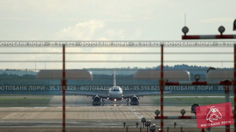 Airplane at dawn on the runway. Стоковое видео, видеограф Игорь Жоров / Фотобанк Лори