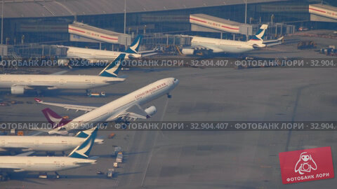 Airplane departure from International Airport, Hong Kong (2019 год). Редакционное видео, видеограф Игорь Жоров / Фотобанк Лори