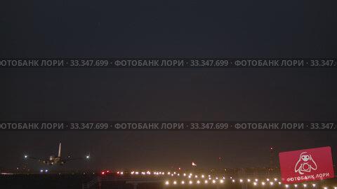 Купить «Airplane descending and landing at night», видеоролик № 33347699, снято 30 января 2020 г. (c) Данил Руденко / Фотобанк Лори