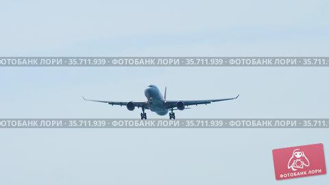 Airplane flying in the sky. Стоковое видео, видеограф Игорь Жоров / Фотобанк Лори