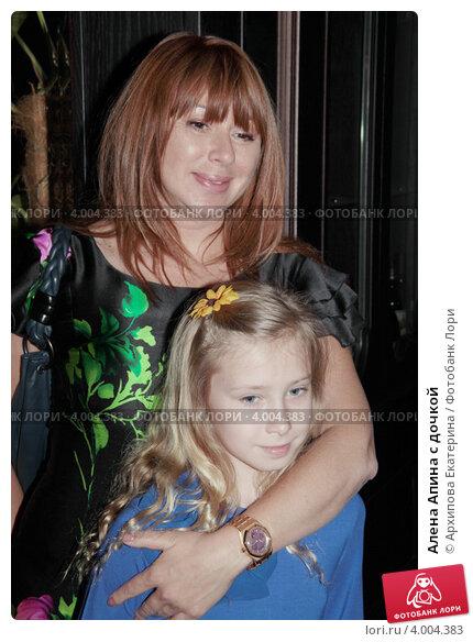Купить «Алена Апина с дочкой», фото № 4004383, снято 29 мая 2012 г. (c) Архипова Екатерина / Фотобанк Лори