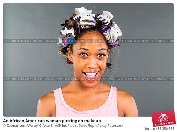 An African American woman putting on makeup. Стоковое фото, фотограф Zoonar.com/Walter G Arce Sr ASP Inc / easy Fotostock / Фотобанк Лори