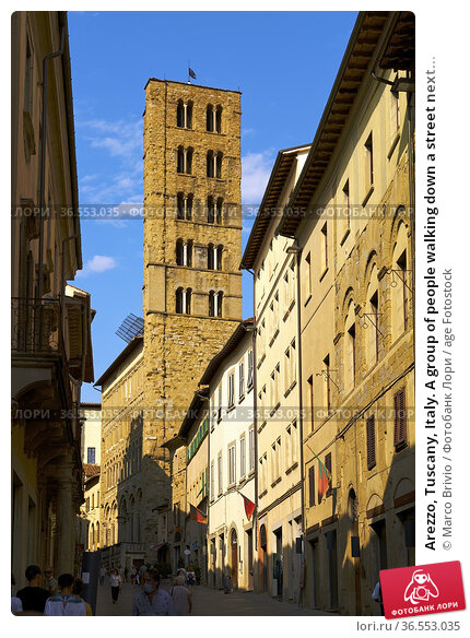 Arezzo, Tuscany, Italy. A group of people walking down a street next... Стоковое фото, фотограф Marco Brivio / age Fotostock / Фотобанк Лори