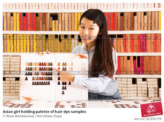 Asian girl holding palette of hair dye samples. Стоковое фото, фотограф Яков Филимонов / Фотобанк Лори