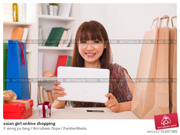 asian girl online shopping. Стоковое фото, фотограф wong yu liang / PantherMedia / Фотобанк Лори