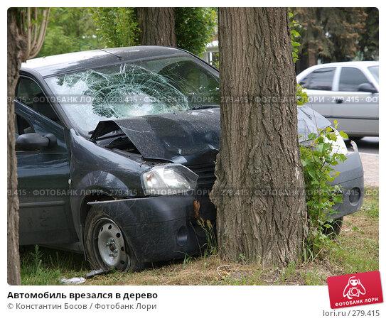 Автомобиль врезался в дерево, фото № 279415, снято 17 августа 2017 г. (c) Константин Босов / Фотобанк Лори