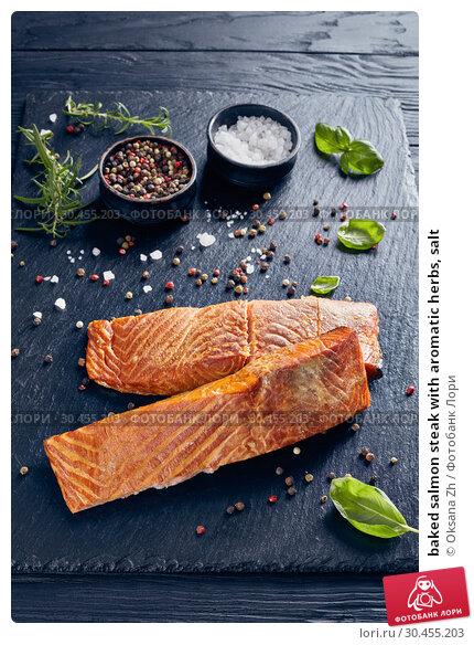 baked salmon steak with aromatic herbs, salt. Стоковое фото, фотограф Oksana Zh / Фотобанк Лори