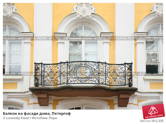 Купить «Балкон на фасаде дома, Петергоф», фото № 812335, снято 27 мая 2018 г. (c) Losevsky Pavel / Фотобанк Лори