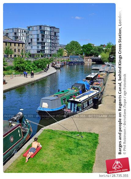 Купить «Barges and people on Regents Canal, behind Kings Cross Station, London, England, UK.», фото № 28735355, снято 17 мая 2018 г. (c) age Fotostock / Фотобанк Лори
