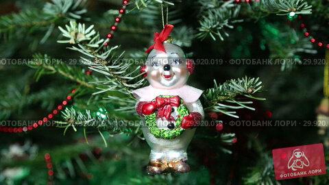 Купить «Beautiful christmas tree with decorative chritmas toys», видеоролик № 29920019, снято 11 февраля 2019 г. (c) Владимир Журавлев / Фотобанк Лори