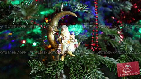 Купить «Beautiful christmas tree with decorative chritmas toys», видеоролик № 29920031, снято 11 февраля 2019 г. (c) Владимир Журавлев / Фотобанк Лори