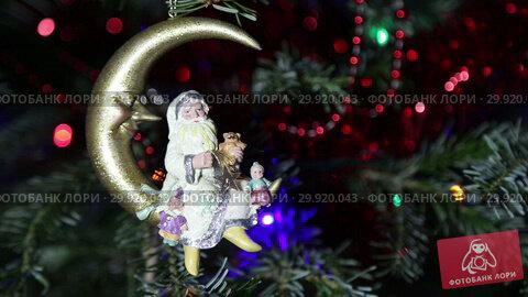 Купить «Beautiful christmas tree with decorative chritmas toys», видеоролик № 29920043, снято 11 февраля 2019 г. (c) Владимир Журавлев / Фотобанк Лори