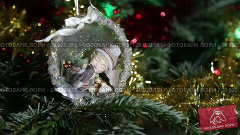 Купить «Beautiful christmas tree with decorative chritmas toys», видеоролик № 29920151, снято 11 февраля 2019 г. (c) Владимир Журавлев / Фотобанк Лори