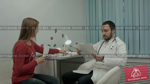 Купить «Beautiful medical representative presenting new product to doctor», видеоролик № 28577851, снято 24 ноября 2015 г. (c) Vasily Alexandrovich Gronskiy / Фотобанк Лори