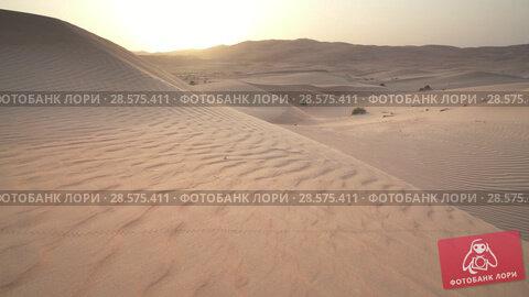 Купить «Beautiful Rub al Khali desert at sunrise stock footage video», видеоролик № 28575411, снято 16 мая 2018 г. (c) Юлия Машкова / Фотобанк Лори