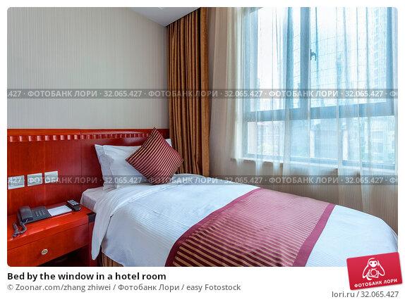 Bed by the window in a hotel room. Стоковое фото, фотограф Zoonar.com/zhang zhiwei / easy Fotostock / Фотобанк Лори