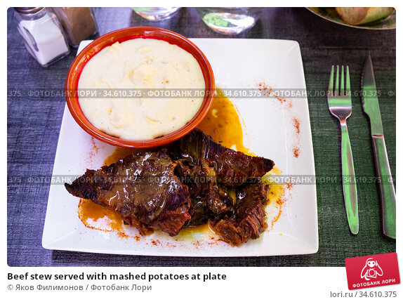 Beef stew served with mashed potatoes at plate. Стоковое фото, фотограф Яков Филимонов / Фотобанк Лори