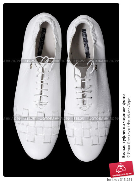 Белые туфли на черном фоне, фото № 315251, снято 29 мая 2007 г. (c) Илья Лиманов / Фотобанк Лори